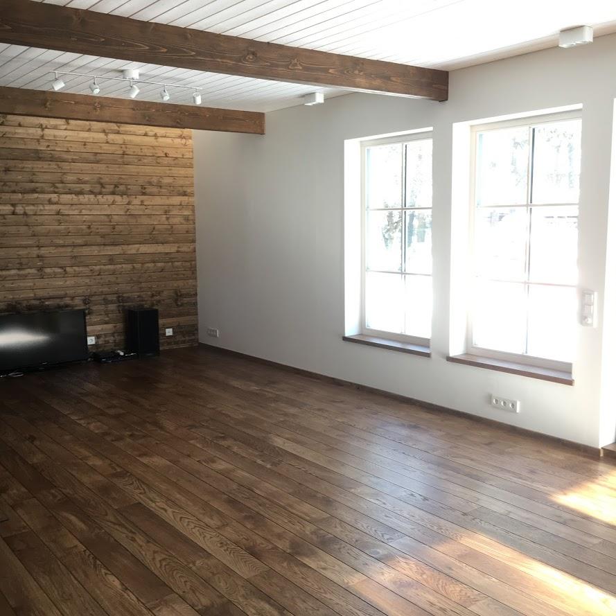 Õlivahaga kaetud laudissein, põrand, talad ja aknalauad elutoas