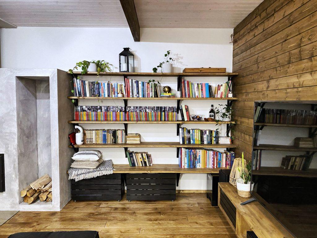 seinapealsed puidust raamaturiiulid
